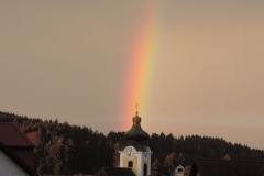 Regenbogen-über-der-Pfarrkirche_01